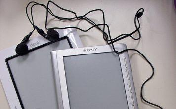 Dlaczego jadąc do pracy lub stojąc w korku lepiej jest słuchać audiobooków niż radia