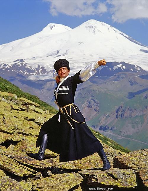 Kaukaski mężczyzna w górach