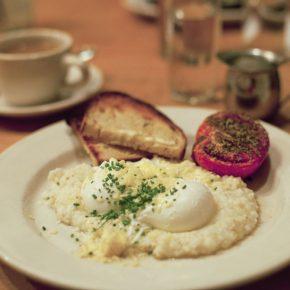 Ładnie podane tradycyjne amerykańskie śniadanie na dobry początek dnia