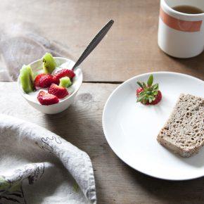 Jogurt naturalny z poziomkami i kiwi, chleb razowy oraz herbata Earl grey - Lifehacker