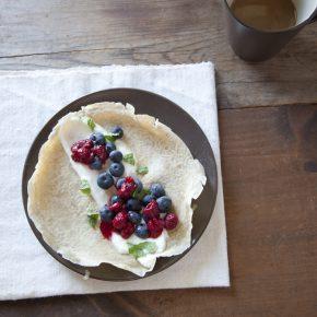 Naleśnik z jogurtem naturalnym, malinami, borówkami i miętą oraz kawa z mlekiem sojowym - Lifehacker - śniadanie