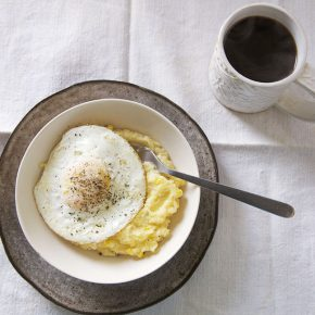 Polenta + jajka z kukurydzą - Lifehacker - śniadanie
