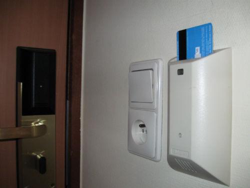 majówka weekend majowy 2014 - Karta magnetyczna płatnicza - włączenie światła w pokoju hotelowym - Lifehacker