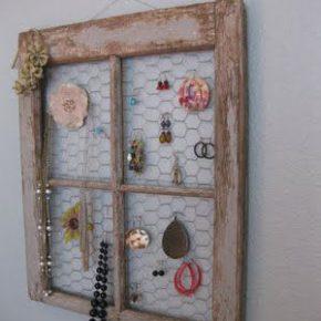 Zamiast wyrzucać stare okna, można udekorować nimi dom - miejsce na biżuterię