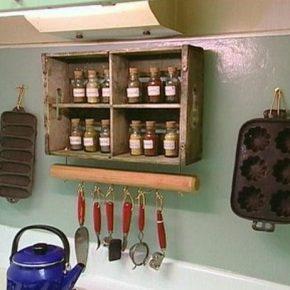 Zamiast wyrzucać stare okna, można udekorować nimi dom - szafka na przyprawy
