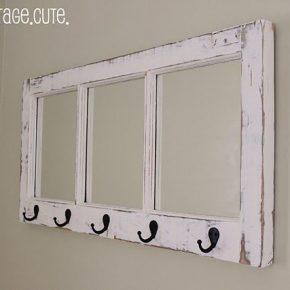 Zamiast wyrzucać stare okna, można udekorować nimi dom - wieszak i lustro w przedpokoju