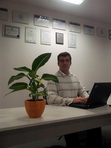 Dr inż Dominik Radziszowski w biurze