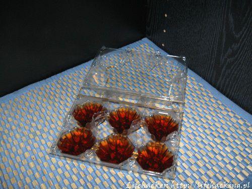 Wlewamy czaj do foremek na lód