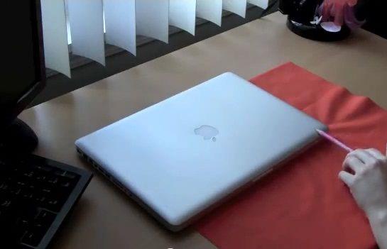 Wideo Jak zachować minimalizm na biurku Trzymaj laptopa w hamaku
