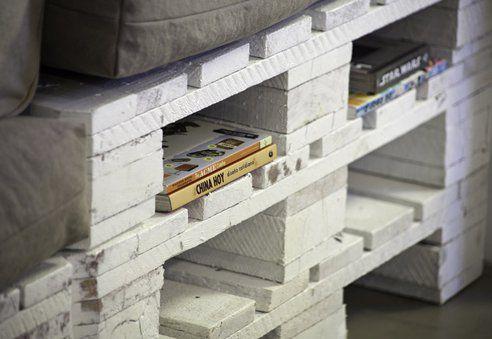 Jak na mebel wielofunkcyjny przystało, kanapa z palet oznacza sporo miejsca również na nasze książki (lub czasopisma)
