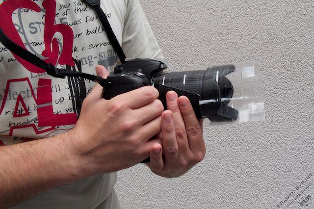 3a. Zakładamy butelkę na obiektyw i daszek przyklejamy kawałkiem taśmy klejącej do górnej części aparatu