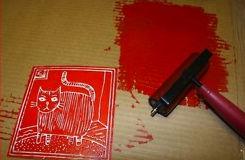 Kładziemy kota na kawałku kartonu i farbujemy ten kawałek styropianu, pamiętając, by farba nie dostała się do wgłębień