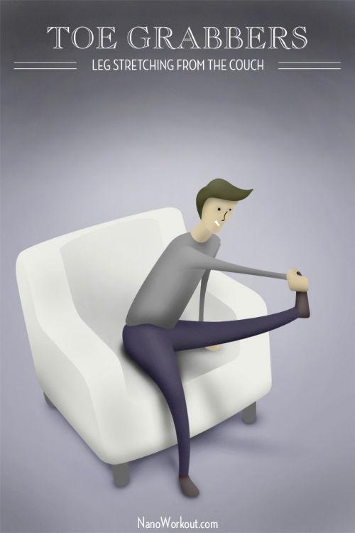 Przyciąganie palców u stóp - rozciąganie nóg leżąc na kanapie