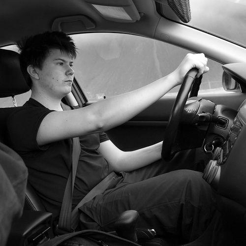 Twoje ułożenie rąk na kierownicy zdradza, jakim jesteś człowiekiem