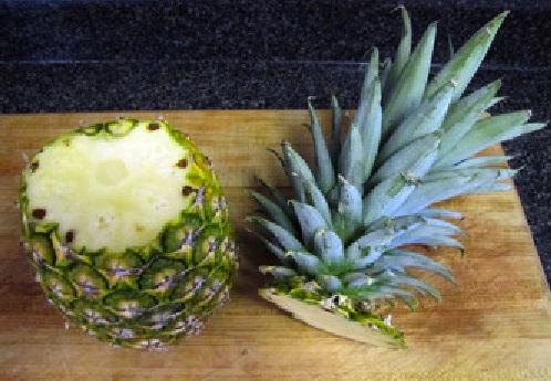 Kupujemy ananasa, zwracając uwagę na to, by był dojrzały i zdrowy (nie może mieć pleśni)