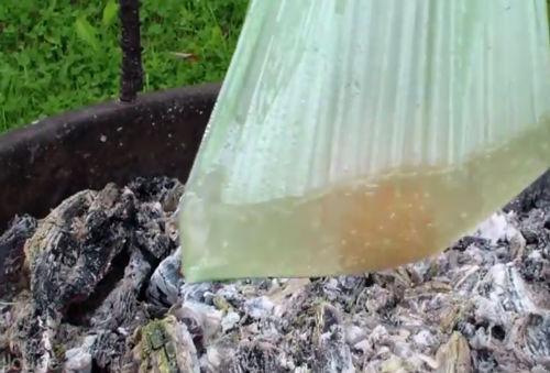 Sztuka przetrwania - wodę można zagotować w plastikowej torbie