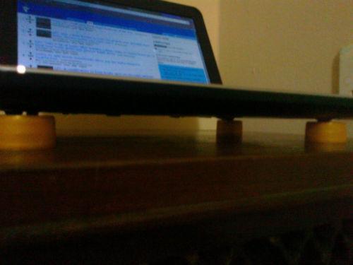 Zakrętki do butelek nie pozwolą Twojemu laptopowi na przegrzanie się w podróży - under cut