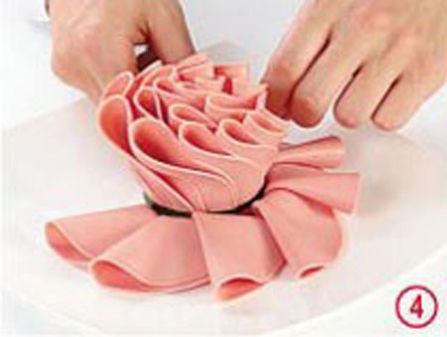 """Teraz rozkładamy wokół """"pąka róży"""" parę dodatkowych plasterków szynki, które posłużą nam za płatki"""