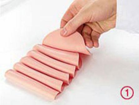 Wykładamy plasterki takiej szybki na tacce, składając każdy z nich na pół, tak jak to pokazano na zdjęciu