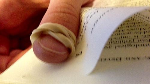 Owin gumkę recepturkę wokół palca, by zapewnić sobie łatwe przerzucanie kartek