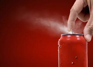 Jak otworzyć puszkę z napojem, żeby nie eksplodowała na ubrania