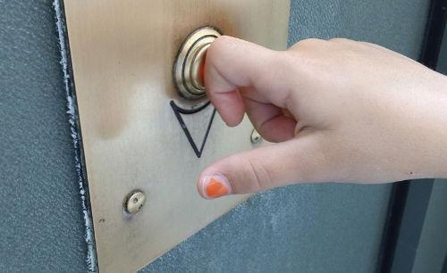 Kilkakrotne naciskanie przycisku w windzie