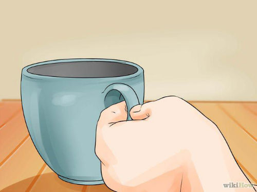 Jak wyczyścić zmywarkę - 1. Umieść filiżankę (250ml) białego destylowanego octu na górnym stojaku zmywarki