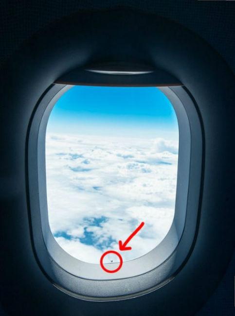 5. Malutka dziurka w iluminatorze okienku samolotu