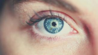 Poznaj nietypowe zastosowanie zielonej herbaty do walki z opuchlizną pod oczami.