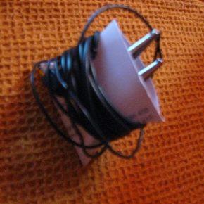 Gotowy uchwyt na słuchawki (potrzebna zwykła papierowa wizytówka) - Lifehacker