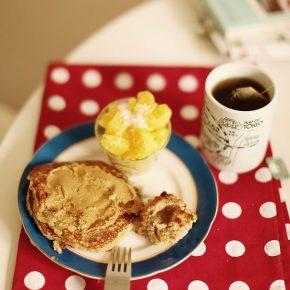 Naleśniki migdałowe z masłem orzechowym i miodem, świeży ananas posypany wiórkami kokosowymi, bułeczka z nadzieniem jabłkowym, herbata