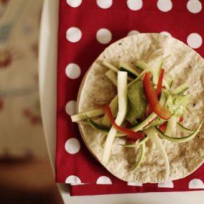 Tortilla z julienne warzywnym (cukinia + papryka + pasta ze zmiksowanego awokado z dodatkiem pomidorów i cebuli)