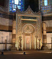 Mihrab, zdobiona nisza wskazująca Kiblę (al Qiblah) – kierunek saudyjskiej Mekki