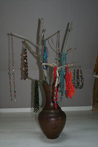 Biżuteria powieszona na drzewku w wazonie