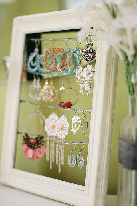 Biżuteria powieszona na linkach w ramce