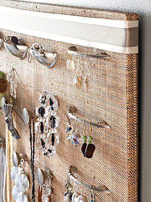 Biżuteria powieszona na rączkach od drzwi