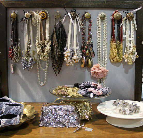 Biżuteria powieszona na ramie okiennej