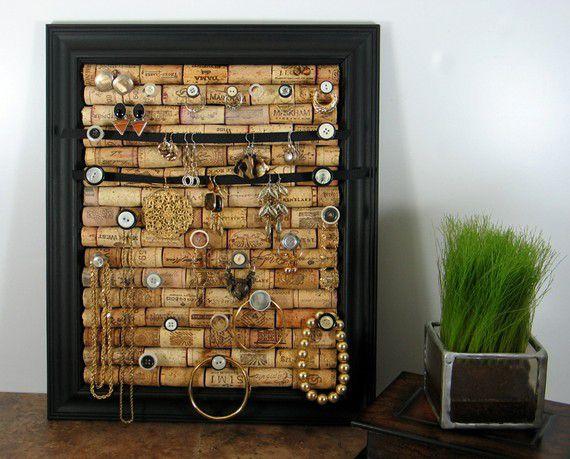 18 zapierających dech sposobów na wykorzystanie korków po winie - tablica na biżuterię