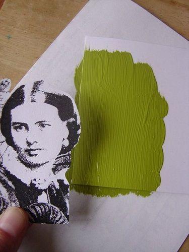 Kładziemy ostrożnie fotokopię grafiki na pomalowany fragment, obrazkiem w dół