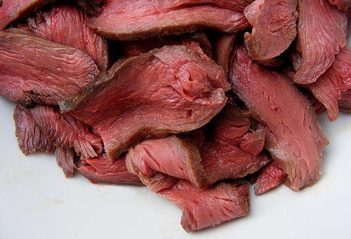 Najszybszym sposobem na rozmrożenie mięsa jest gorący prysznic