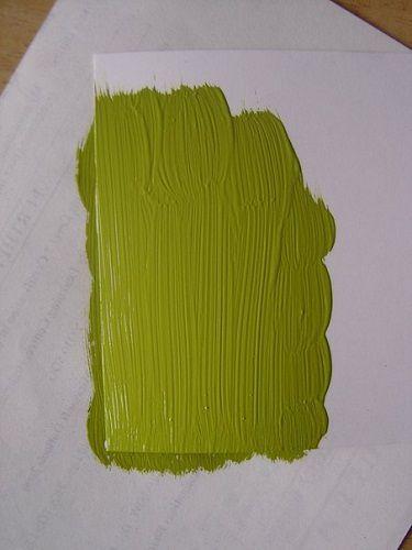 Nanosimy farbę pędzlem na fragment kartonu odpowiadający pod względem rozmiaru naszemu zdjęciu