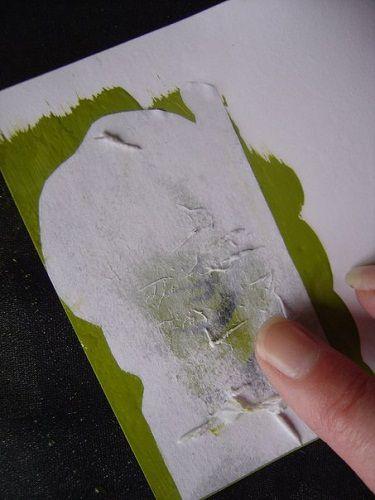 Zacznij delikatnie zdrapywać palcem papier z tylnej części grafiki