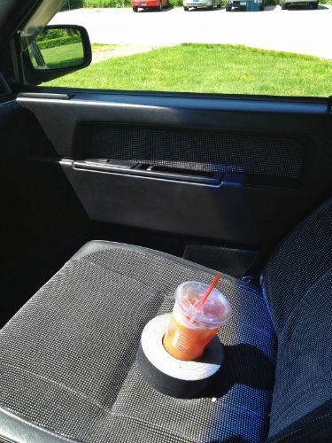 Awaryjny uchwyt samochodowy na napoje