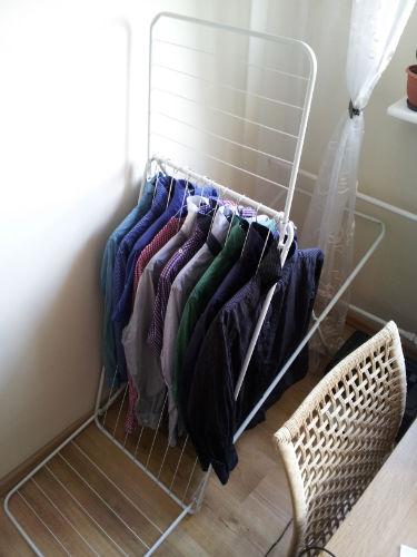 Jak wysuszyć koszule na zwykłej suszarce nie wycierając nimi podłogi