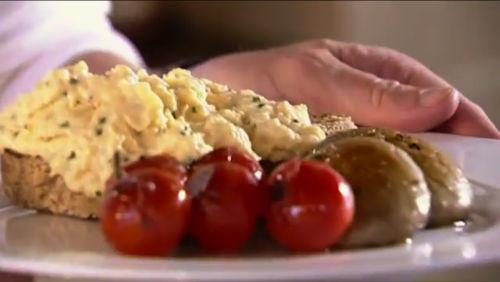 Przepis Gordona Ramsaya - idealna jajecznica na śniadanie