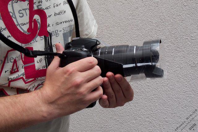 3b. Zakładamy butelkę na obiektyw i daszek przyklejamy kawałkiem taśmy klejącej do górnej części aparatu