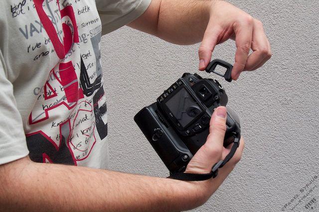 3c. Zakładamy butelkę na obiektyw i daszek przyklejamy kawałkiem taśmy klejącej do górnej części aparatu