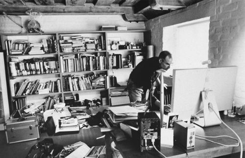 2. Miejsca pracy - biurko Steve Jobs (Apple)