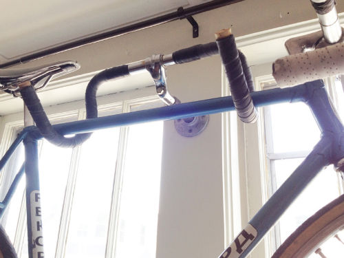 W efekcie rower przestaje zajmować miejsce (przynajmniej za dnia, bo w nocy możemy postawić go gdzieś w rogu i spokojnie zasłonić okna)