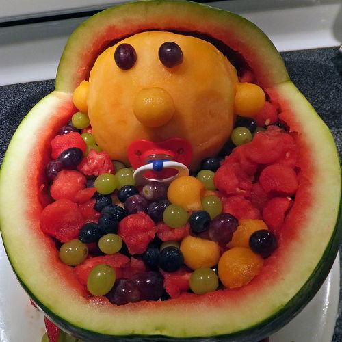 Wideo - Pomysł na oryginalny prezent urodzinowy - owocowy wózek dziecięcy z arbuza - 1